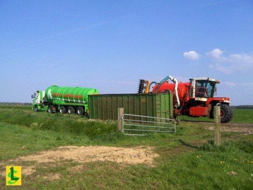 De Samenwerking BV met een Vervaet hydro trike, bezig met bemesten. Laden uit container die gevuld wordt door Gebr. Blankespoor met de vrachtauto. http://www.desamenwerkingbv.nl