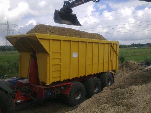 en weer een vracht. mooie bak voor mais en gras... Geplaatst door 105ls78 op 14-07-2012 om 21:41:54, met 4 reacties.