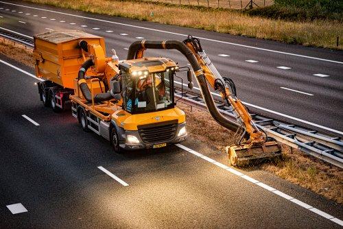 Op deze foto is De Jong Zuurmond (Beesd) × actief met een VGT OWL-270C 2.. Geplaatst door deerefan op 01-08-2019 om 23:28:05, op TractorFan.nl - de nummer 1 tractor foto website.