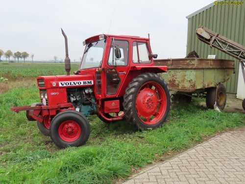Foto van een Volvo BM 500 voor de kipper bij het inschuren van aardappels op 3 okt 2020. Geplaatst door oldtimergek op 03-03-2021 om 00:13:40, met 2 reacties.