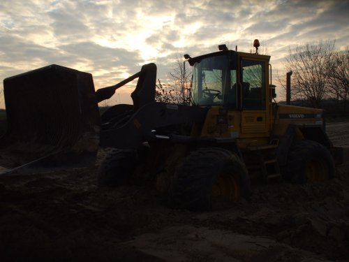 Handels- en Loonbedrijf Kuper B.V. Ik met de Volvo L90C, bezig met vast zitten.. Geplaatst door ONeildeVarioman op 17-02-2008 om 20:02:26, op TractorFan.nl - de nummer 1 tractor foto website.