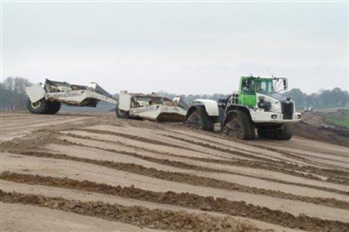 Foto van een Volvo Onbekend, bezig met kilveren. van martens en van oord erngens bij de maasvlakte in de buurt.