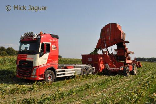 Volvo FH 4th gen 460 met container en Bourgoin GX Mais Doux, bezig met suikermais te oogsten.  Filmpje? -> https://www.tractorfan.nl/movie/46452/