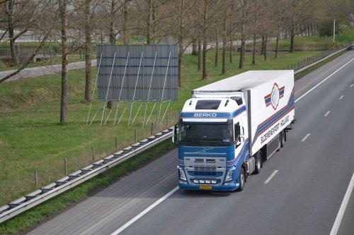 Foto van een Volvo FH 4th gen, opgebouwd voor koeltransport.. Geplaatst door truckspotterhgk op 02-04-2017 om 21:37:35, op TractorFan.nl - de nummer 1 tractor foto website.