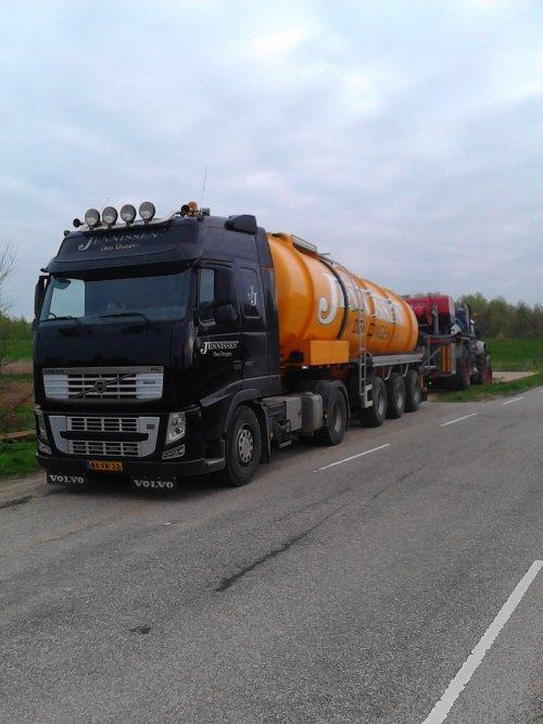 8-4-2017 Loonbedrijf Jennissen uit Den Dungen aan het sleepslangbemesten in Andel (NB). Het transport werd o.a. gedaan door een Volvo FH 460.