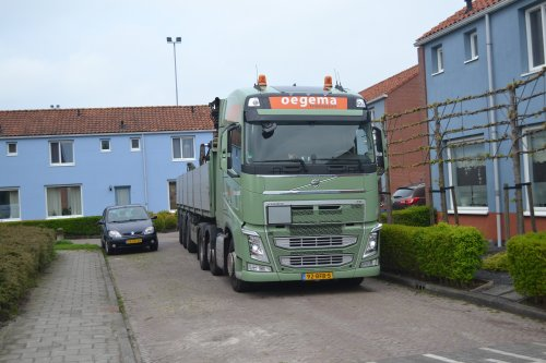 Foto van een Volvo FH van Oegema Transport Dedemsvaart B.V. (Dedemsvaart) ×, opgebouwd voor steentransport.