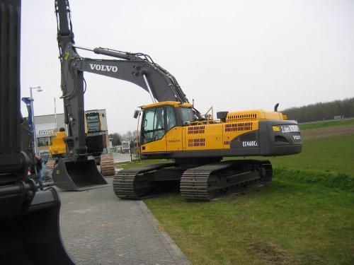 Foto van een Volvo EC 460, bezig met poseren. Foto gemaakt bij Kuiken. Bron: Eigen foto.. Geplaatst door Unox op 07-04-2008 om 18:44:11, met 3 reacties.