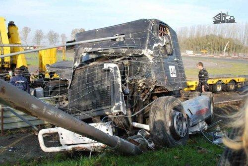 Kijk, daar heb je Rody Smit (Black Jack Truckracing) met een Volvo N10, opgebouwd voor truckracing.. Geplaatst door Alex Miedema op 31-05-2016 om 20:00:21, op TractorFan.nl - de nummer 1 tractor foto website.