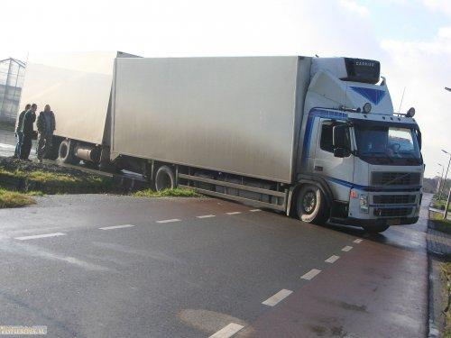 Volvo FM 2nd gen (vrachtwagen) van vastgereden