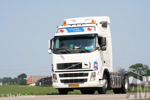 Jagersma internationaal transport (Damwald) × op de foto met een Volvo FH 2nd gen, opgebouwd zonder opbouw.