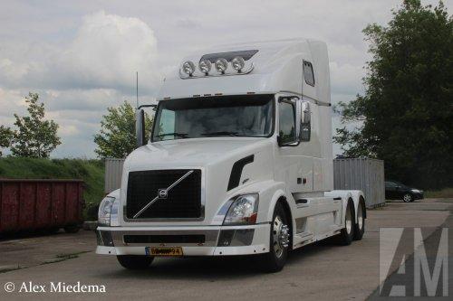Hier zie je M.S. de Vries (Bitgum) ×, Van der Linden van Sprankhuizen (Zwaag) × met een Volvo VN, opgebouwd zonder opbouw.
