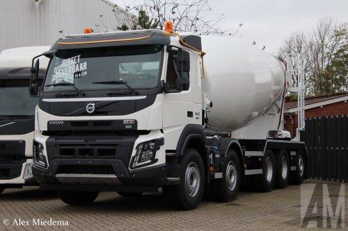 Op deze foto staat M.S. de Vries (Bitgum) × met een Volvo FMX 2nd gen, opgebouwd als mixer.. Geplaatst door Alex Miedema op 07-11-2019 om 18:16:31, op TractorFan.nl - de nummer 1 tractor foto website.