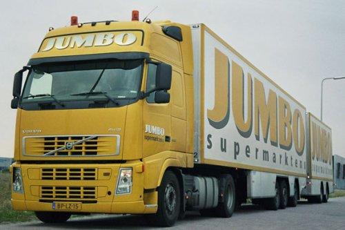 Jumbo Supermarkten (Veghel) × op de foto met een Volvo FH12 2nd gen, opgebouwd met gesloten opbouwNa een leven als trekker voor de bevoorrading van zijn supermarkten gunde Frits van Eerd deze Volvo een tweede leven in zijn racing team
