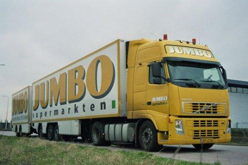 Foto van een Volvo FH12 2nd gen van Jumbo Supermarkten (Veghel) ×, opgebouwd met gesloten opbouwNa een leven als trekker voor de bevoorrading van zijn supermarkten gunde Frits van Eerd deze Volvo een tweede leven in zijn racing team