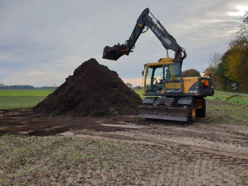 Foto van een Volvo EW 140B .mix van compost en sloten maaisel  maken. Geplaatst door JD 6110 op 19-02-2020 om 07:41:27, met 16 reacties.