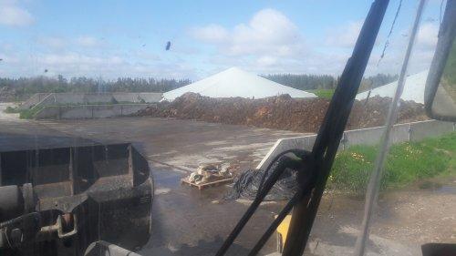 Foto van een Volvo L70F het resultaat van 1 keer uitmesten op de melkvee locatie 😅. Geplaatst door rommert14 op 19-05-2020 om 10:08:38, met 8 reacties.