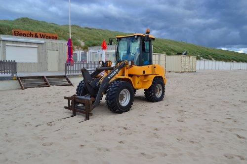 Foto van een Volvo L30B. Strand Egmond aan Zee.. Geplaatst door Lucas Ensing op 31-07-2020 om 21:45:08, op TractorFan.nl - de nummer 1 tractor foto website.