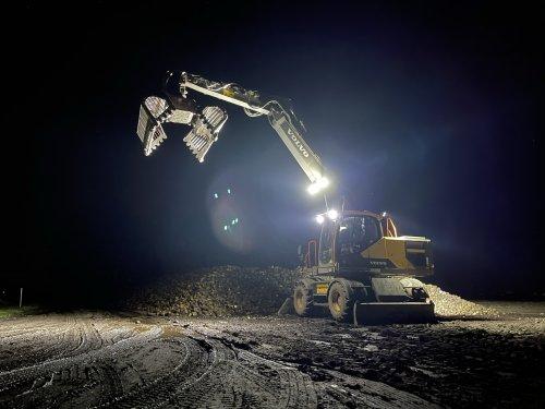 Foto van een Volvo EW180E even poseren tijdens een nachtje bieten laden.. Geplaatst door Redmerr op 11-01-2021 om 19:19:51, met 9 reacties.