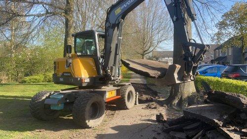 Foto van een Volvo Onbekend, van boomplanter naar asfaltplukker. Heb het er maar druk mee.. Geplaatst door chucky5o op 03-05-2021 om 20:31:34, met 6 reacties.