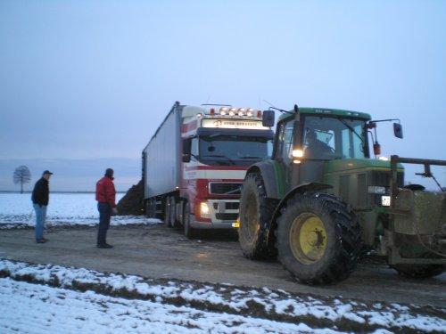 Foto van een Volvo Onbekend, bezig met vast zitten.. Geplaatst door mf6290power op 10-01-2009 om 18:34:47, met 5 reacties.