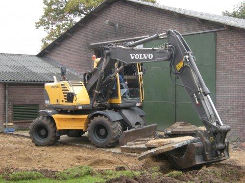 Foto van een Volvo EW 140B, bezig met beton breken.. Geplaatst door Groothengeveld op 19-10-2009 om 19:31:36, met 5 reacties.