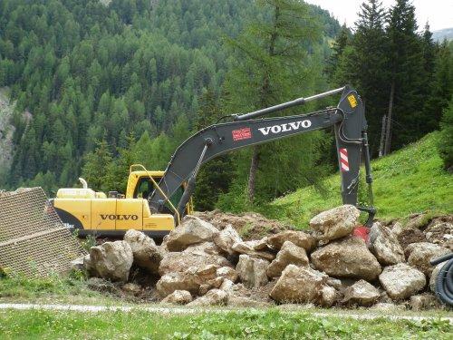Foto van een Volvo EC 716, bezig met poseren.. Geplaatst door Tractor-Spotters op 31-07-2011 om 09:51:20, met 4 reacties.