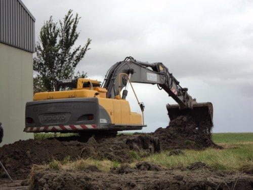 Foto van een Volvo Kraan, bezig met dumperen. De fundering voor de loods graven. Geplaatst door JD 6430 The Best op 24-10-2011 om 20:15:08, met 4 reacties.
