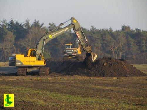 De Samenwerking BV met een Volvo EC 210 B. Inrichting natuurbouwproject Schaopedobbe.  http://www.desamenweringbv.nl