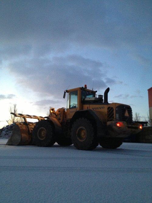 Foto van een Volvo L110E, bezig met poseren. Op het werk in de sneeuw bij Visser afvalverwerking.. Geplaatst door remcodijkstra op 09-01-2013 om 19:55:46, op TractorFan.nl - de nummer 1 tractor foto website.
