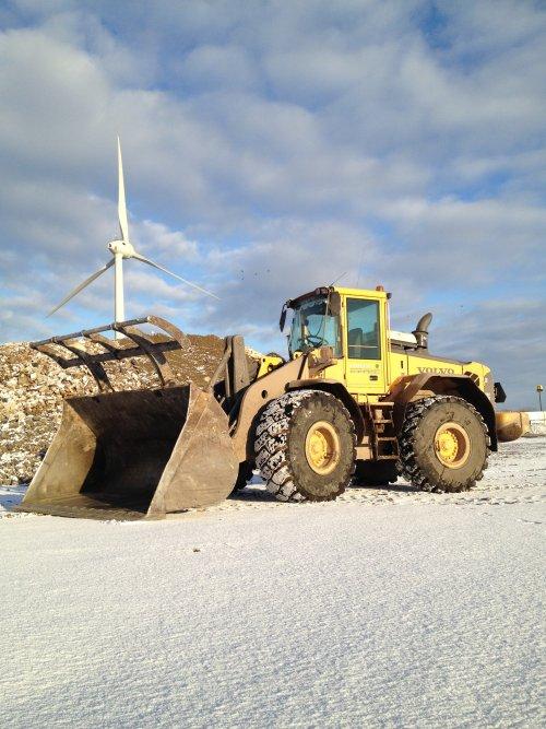 Foto van een Volvo L110E, bezig met poseren. Op het werk in de sneeuw bij Visser afvalverwerking.. Geplaatst door remcodijkstra op 09-01-2013 om 19:55:54, met 2 reacties.