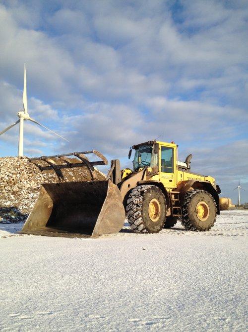Foto van een Volvo L110E, bezig met poseren. Op het werk in de sneeuw bij Visser afvalverwerking.. Geplaatst door remcodijkstra op 09-01-2013 om 19:56:01, op TractorFan.nl - de nummer 1 tractor foto website.