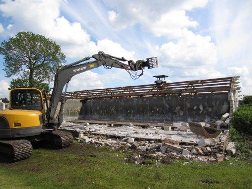 Foto van een Volvo ECR 88, bezig met poseren.  vandaag begonnen met onze kalvens schuur slopen. Geplaatst door mooiwar op 24-05-2013 om 17:19:44, met 6 reacties.