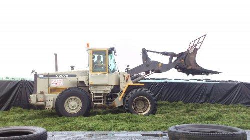 loonbedrijf G.D. De Vries met een Volvo L90C, bezig met gras inkuilen.. Geplaatst door TTX210 op 10-08-2013 om 00:28:32, op TractorFan.nl - de nummer 1 tractor foto website.