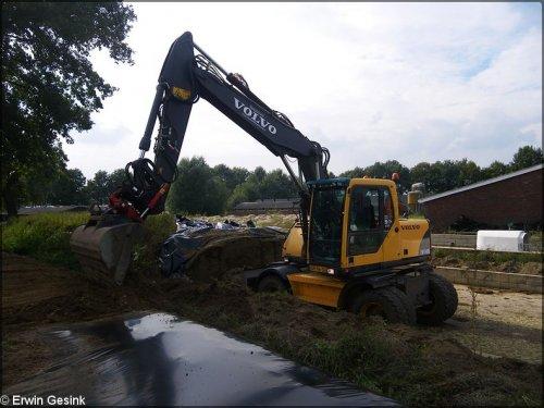 Foto van een Volvo EW 140B, bezig met maïs inkuilen.. Geplaatst door egesink op 10-11-2013 om 11:45:12, op TractorFan.nl - de nummer 1 tractor foto website.