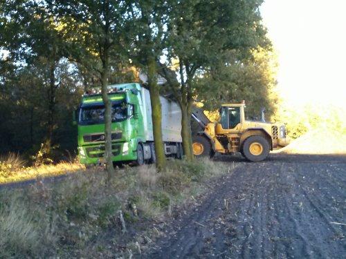 Foto van een Volvo L110F, bezig met poseren.. Geplaatst door Fendt 515 op 01-06-2014 om 20:03:03, op TractorFan.nl - de nummer 1 tractor foto website.