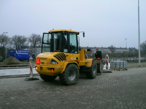 Foto van een Volvo L35B. Vema Schiedam BV , puin rijden bij straatwerk.. Geplaatst door Jan F op 05-12-2014 om 01:54:10, op TractorFan.nl - de nummer 1 tractor foto website.