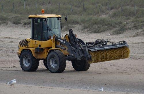 Foto van een Volvo Shovel,Gebr vd Putten op het strand van Noordwijk aan Zee strandopgangen cleanen.