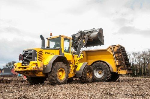 Mooi shoveltje voor vuil werk ;)   Volvo L90E Loonbedrijf Kerkhofs - Neerglabbeek (B). Geplaatst door mike_v op 23-03-2015 om 19:17:57, op TractorFan.nl - de nummer 1 tractor foto website.