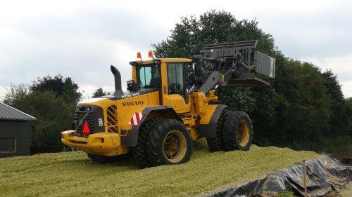 Foto van een Volvo L110F, bezig met maïs inkuilen. maïs 2013 Loonbedrijf Peters uit Haps.. Geplaatst door klompie1978 op 25-05-2015 om 10:26:52, op TractorFan.nl - de nummer 1 tractor foto website.