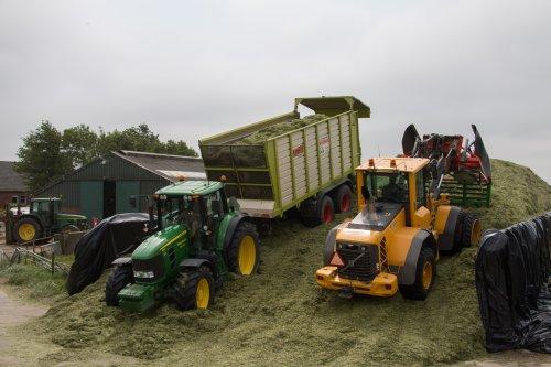 Loonbedrijf Wieringa Bedum aan het gras hakselen met op de bult hun Volvo L70F met Holaras verdeler en 1 van de 2 afvoercombinaties.  Meer foto's zijn te bekijken op: http://www.trekkerfotografie.nl