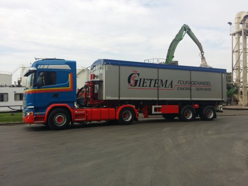 Op deze foto staat Gietema Fourage (Tjerkwerd) × met een vrachtwagen Scania, opgebouwd voor bulktransport.