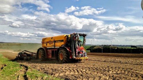 J-Reiff.lu (Troisvierges) × op de foto met een Vredo VT 7028.. Geplaatst door johnie the best op 25-04-2018 om 22:11:52, op TractorFan.nl - de nummer 1 tractor foto website.