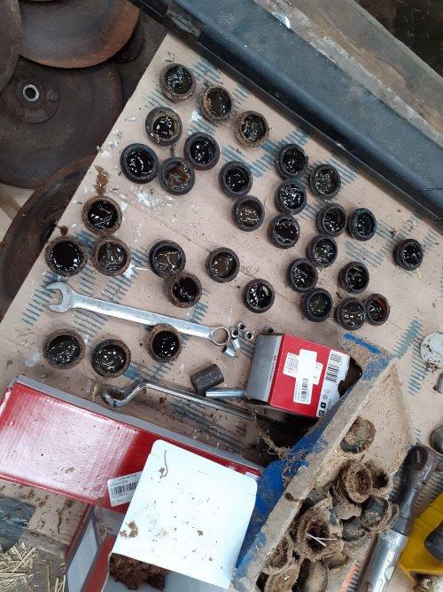 Foto van een Vredo bemester even alle sluit dopjes van decschijven van ruim vet voorzien voordat de bemester het land in mag