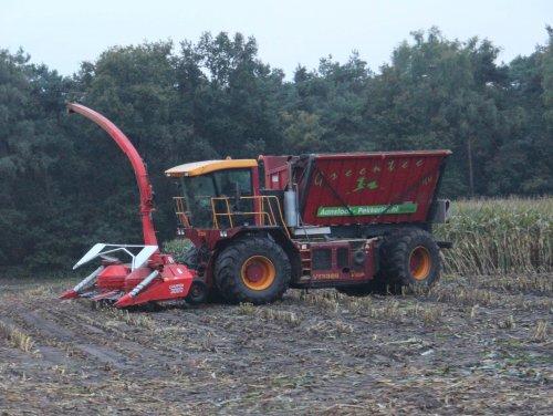 Foto van een Vredo VT 3326 van Firma Aanstoot-Pekkeriet, bezig met maïs hakselen met Champion 3000 van Kemper ervoor Foto gemaakt in Holten net voor in val van de duister op 14-10-2013