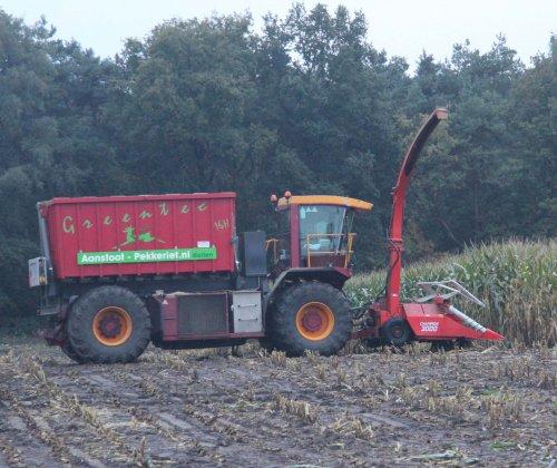 Foto van een Vredo VT 3326, bezig met maïs hakselen met Kemper Champion 3000 ervoor  Combinatie is van de Firma Aanstoot-Pekkeriet uit Holten