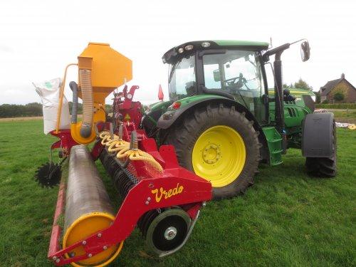Foto van een Vredo Doorzaaimachine, bezig met zaaien.. Geplaatst door deutzdx430 op 20-10-2013 om 19:53:22, op TractorFan.nl - de nummer 1 tractor foto website.