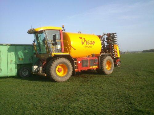 Foto van een Vredo VT 3306, druk bezig met Bemesten.loonbedrijf Derksen.. Geplaatst door joostmc-cormick op 07-04-2014 om 12:08:26, op TractorFan.nl - de nummer 1 tractor foto website.