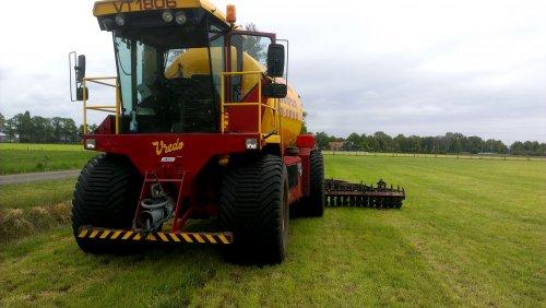 Foto van een Vredo VT 1806, druk bezig met Bemesten.. Geplaatst door tone29 op 16-05-2014 om 17:39:12, op TractorFan.nl - de nummer 1 tractor foto website.