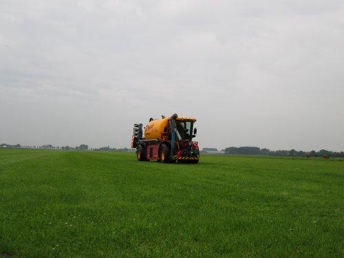 Foto van een Vredo VT 2516, bezig met bemesten.. Geplaatst door fendt815 op 28-05-2014 om 12:41:22, op TractorFan.nl - de nummer 1 tractor foto website.