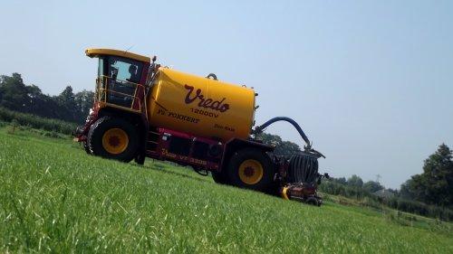 Vredo met 12 kuubs tank aan het bemesten in Den Ham (Overijssel) Meer foto's en film: http://www.agrifoto.nl/nieuws/log/6096/